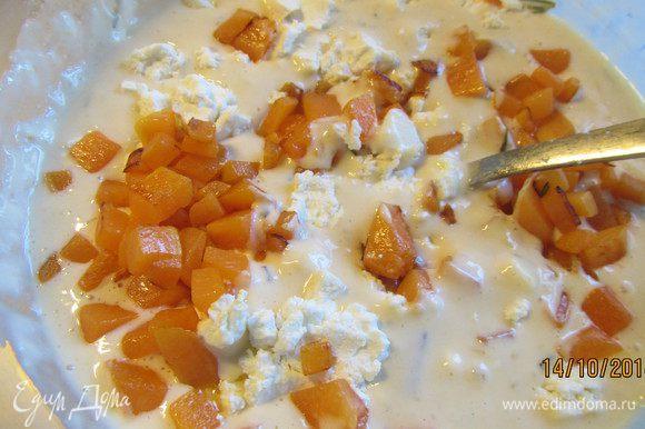 Добавляем ее в тесто, а также раскрошенный козий сыр. Перемешиваем.