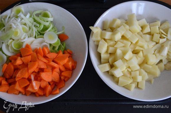 """Подготовить овощи. Вымыть, очистить... Лук порей нарезать кольцами, морковь и картофель - небольшими кубиками, чеснок - """"лепестками""""."""