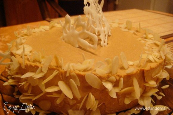 А я больше люблю орехи и украсила миндальными лепестками и айсингом. Оч.нежный торт, невероятные нотки шафрана и суфле со вкусом пломбира. (высота 6 см.)