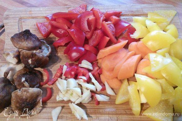 Все овощи нарезать произвольно, но креативно.