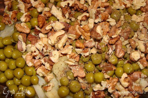Грецкие орехи обжарить на сковороде без масла и измельчить. Капусту соединить с зеленым грошком, посолить, поперчить и перемешать. Добавить орехи и еще раз перемешать.