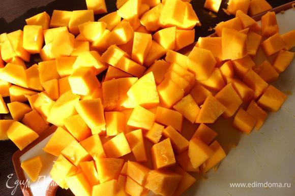 800 грамм уже очищенной тыквы нарезать кубиками.