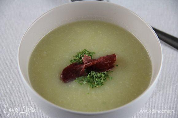 Разливаем суп по тарелкам и подаем. Можно еще сюда добавить свежей зелени, сыра, бекона из-под гриля, гренок или сухариков. Приятного аппетита)