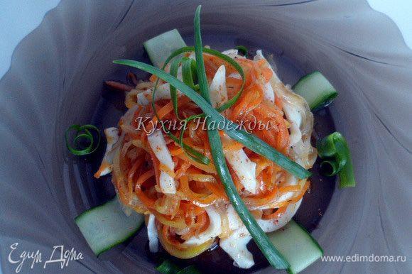 Лук нарезать полукольцами и обжарить до прозрачного цвета на растительном масле, морковь и кабачок натереть на корейской терке и обжарить в масле с добавлением сахара и паприки.