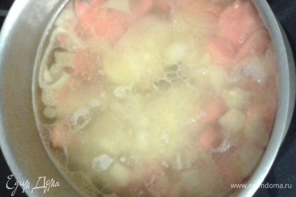 В сотейник добавляем картофель заливаем овощным бульоном ( я добавляю обычный кипяток) приправляем солью, перцем, можно добавить сухие специи, варим 10 минут.