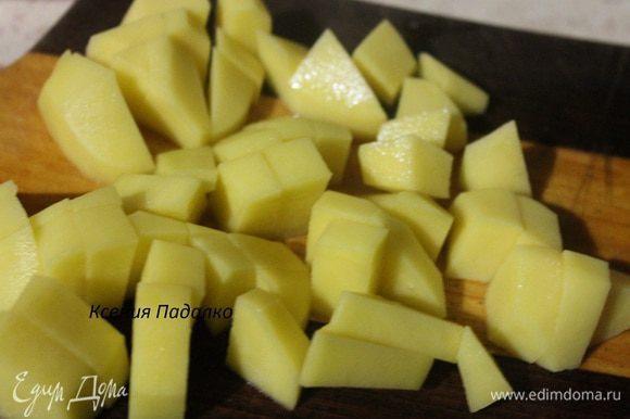 Картофель очистить, нарезать кубиками и отправить в кастрюлю к грибам. Варить все вместе 30 минут. Затем добавляем зажарку и варим еще 15 минут. Выключаем огонь и даем настояться супу 20 минут.