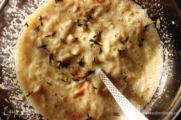 Смешать набухшую манку, капусту, яйца, соль и специи. В конце добавить соду и хорошенько перемешать.