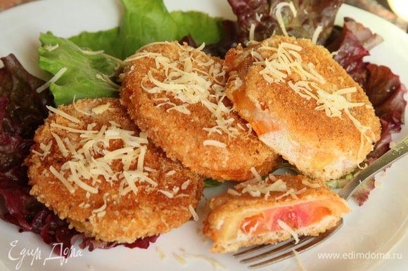 Собираем блюдо, я выложила на салатные листья, посыпаем оставшимся натертым сыром, накрываем на стол и - СМАЧНОГО! НЕРЕАЛЬНО ВКУСНО!!!