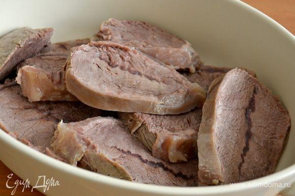 Ломтики мяса выложить в огнеупорную форму и немного посолить.