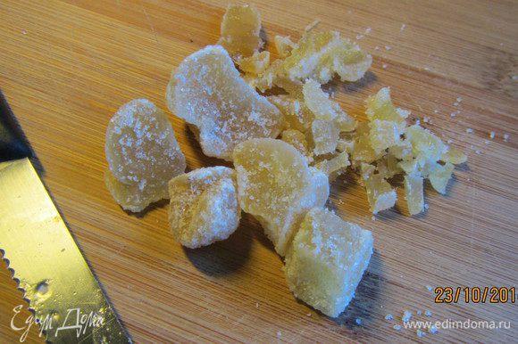 Цукаты мелко рубим и добавляем в тесто.