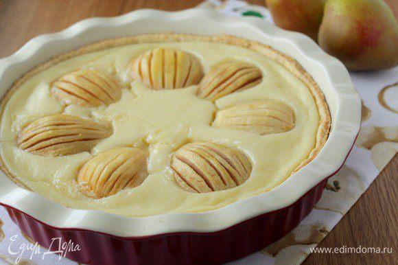 Перед тем как нарезать, пирог надо хорошо охладить.