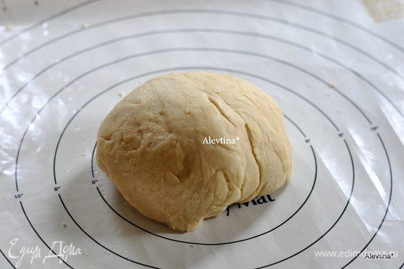 Приготовим тесто в хлебопечке, например по рецепту основной рецепт для рулетов, http://www.edimdoma.ru/retsepty/55722-osnovnoy-retsept-sladkogo-testa-dlya-ruletov Выложим тесто на рабочую поверхность.