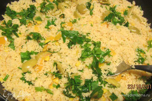 Готовый кускус заправляем оставшимся оливковым маслом (или добавляйте его по вкусу, я иногда кладу совсем немного сливочного, хотя это и не самый диетический вариант), лимонной цедрой, 1 ст.л. лимонного сока (можно и больше, добавляем по вкусу), солью и перцем. Добавляем кукурузу (если она консервированная, то сок сливаем), оливки и петрушку. Перемешиваем.