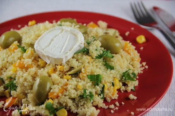 И подаем салат теплым. Сюда хорошо подойдет козий сыр, брынза или фета. Приятного аппетита))