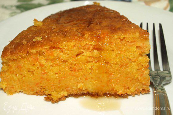 Подавать пирог можно со взбитыми сливками, любым сиропом, сметаной, орехами. Но он и сам по себе достаточно вкусен :) Приятного аппетита!