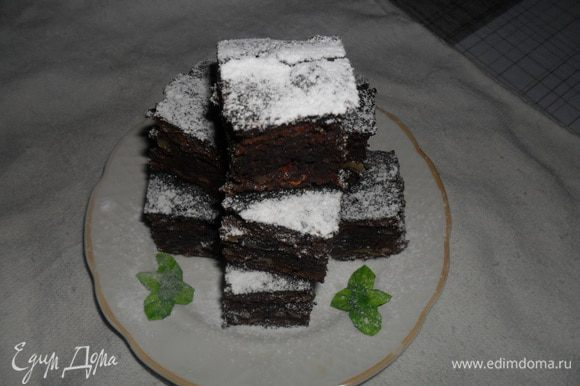 Влить тесто в форму, которую при желании можно выстлать пергаментом, и выпекать в разогретой до 180 С 30-35 минут. Дать остыть и разрезать на квадраты, можно посыпать сахарной пудрой. Приятного аппетита!