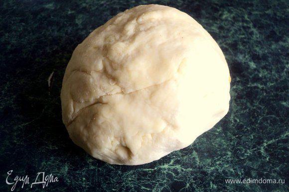 В горячей воле размешать соль и, подливая по немного в муку, замесить тесто. Месить 5-10 минут. Накрыть тесто миской и дать постоять 30 минут.