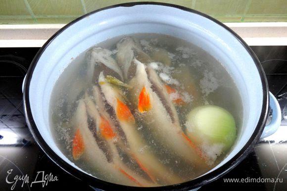 Сложить в кастрюлю и влить холодную воду.Добавить очищенный лук, соль и поставить на огонь. Довести до кипения, снять пену и варить 10-15 минут на медленном огне.
