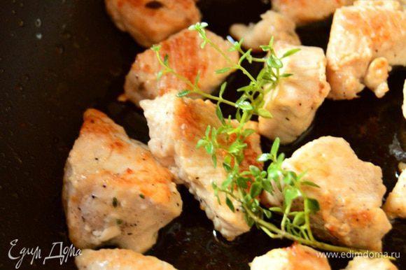 Нарезаем индейку небольшими кусочками. Готовим смесь из перца и соли. Натираем смесью индейку, разогреваем масло на сковороде, обжариваем кусачки до золотистой корочки.