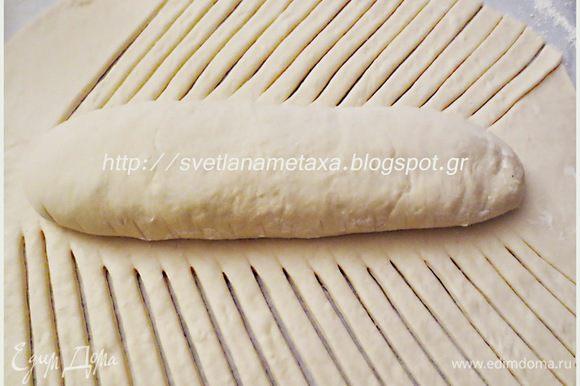 Свободные стороны нижнего листа порезать на полоски, шириной 8 мм под углом примерно 45 градусов.