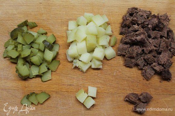 Говядину, яйцо и картофель отварить и нарезать ломтиками. Масса отварной говядины должна быть ровно 30 грамм.