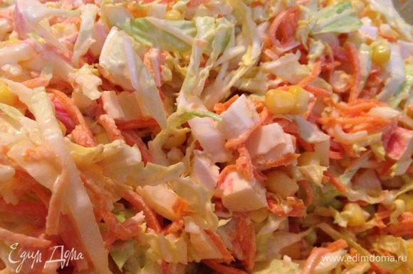 Складываем капусту и крабовые палочки в большую миску, добавляем туда же отцеженные от жидкости корейскую морковь и кукурузу, заправляем майонезом и хорошо перемешиваем.
