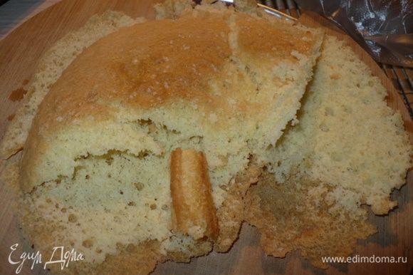 У меня остался бисквит от торта я его использовала, а вообще можно сделать бисквит самой или использовать готовое бисквитное печенье.