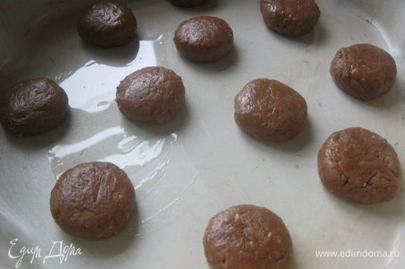 Сформировать шарики, чуть меньше грецкого ореха, выложить в форму( смазать маслом) или на противень( застеленный п.бумагой) , немного придавить дном стакана. Выпекать в разогретой духовке ( до 175 С) 15-20 минут. Готовое горячее печенье будет слегка мягким, по мере остывания печенье станет хрустящим.