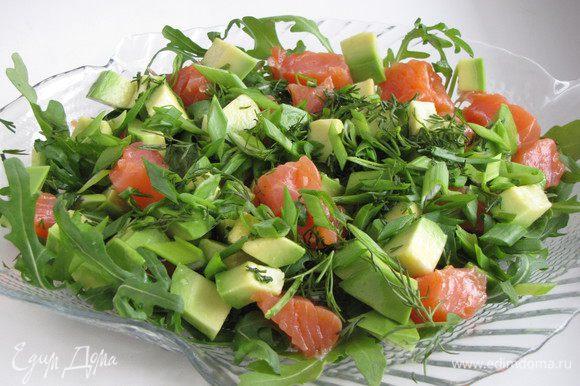 Авокадо очистить, нарезать кубиком, сбрызнуть лимонным соком и добавить к салату.