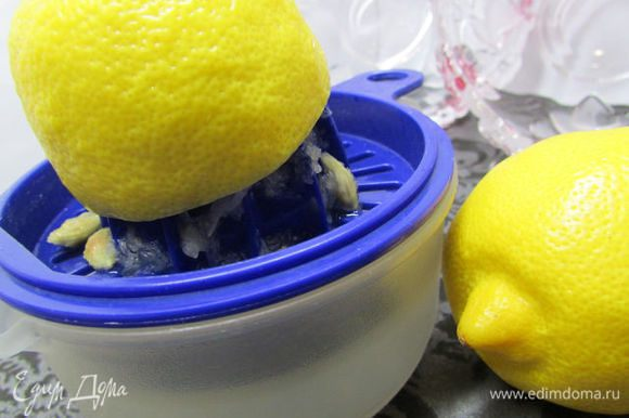 Выдавить сок половина лимона, натереть цедру.