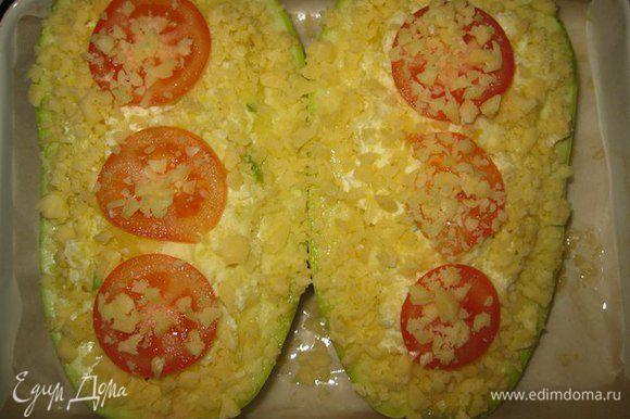 Сверху посыпаем тертым сыром, для вкусной сырной корочки.