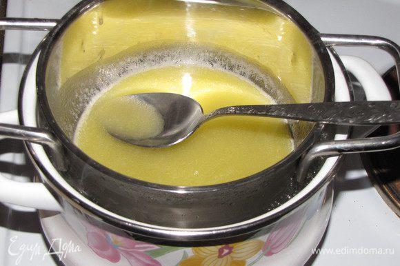 """Пока пирог """"отдыхает"""", приготовим глазурь. На водяной бане растопить сливочное масло с сахаром, постоянно помешивая."""