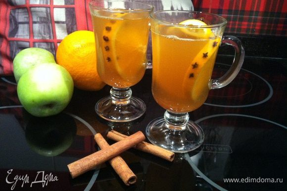 Процедите глинтвейн и наслаждайтесь напитком!