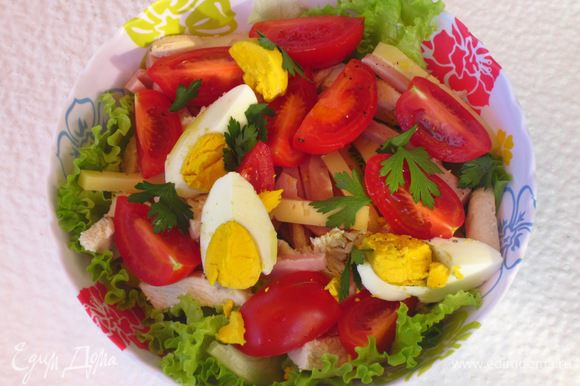 Листовой салат крупно порвать руками и выложить в салатник.Сверху красиво разложить остальные ингредиенты.