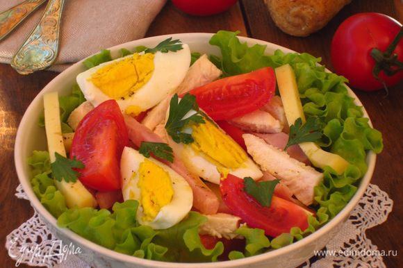 Получившейся заправкой полить салат.Посыпать петрушкой.Приятного аппетита:))