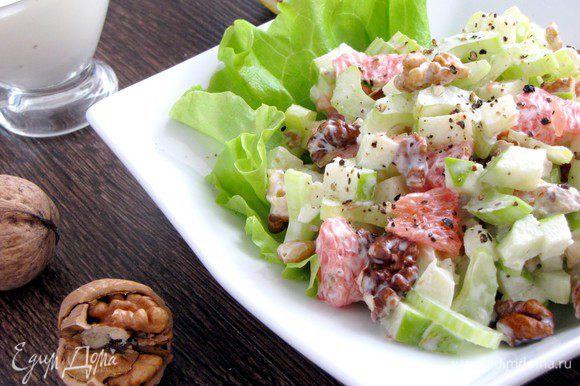 Заправить салат соусом. Выложить в салатники и подавать. Очень вкусно! Приятного аппетита!