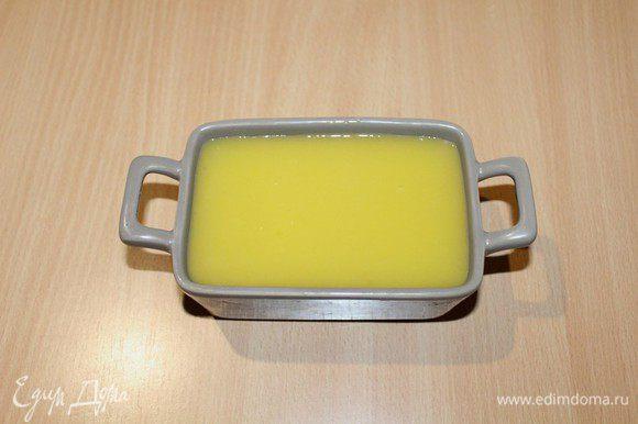 Залить поверхность охлажденного паштета остывшим апельсиновым желе, поставить в холодильник до полного застывания.