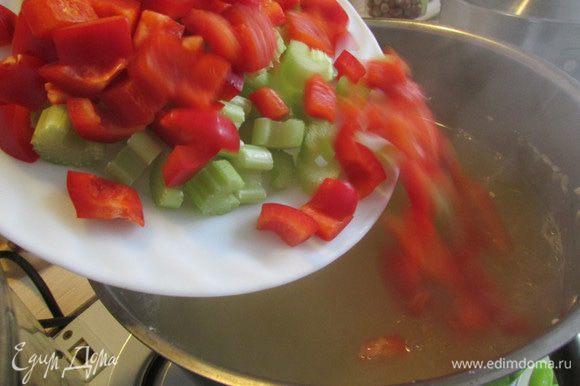 Когда фасоль почти сварится, запустить сельдерей и сладкий болгарский перец. Дать закипеть.