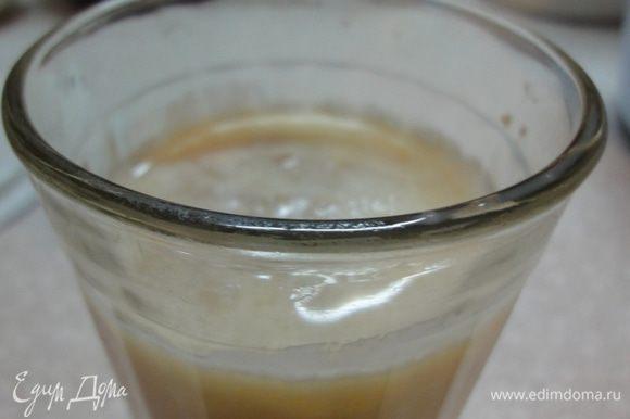 В теплом молоке размешать яйцо, 0,5 ч.л. сахара и дрожжи.