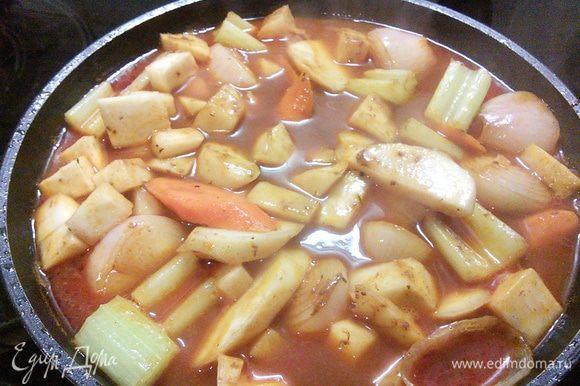 Вливаем процеженный соус, выпариваем до половины количества соуса.