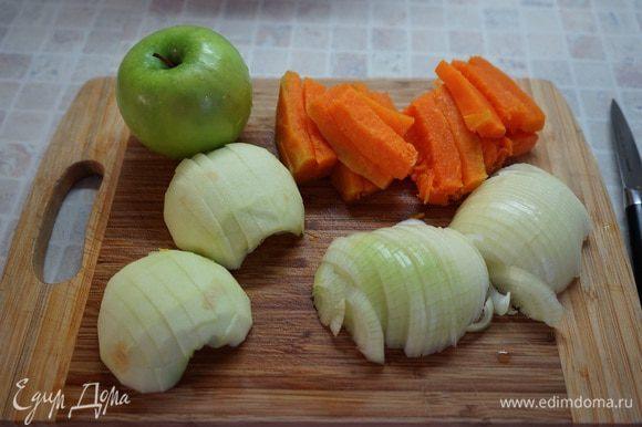 За полчаса до окончания маринования приготовим начинку. Большую луковицу режем полукольцами. За кислинку в начинке у нас будут отвечать яблоки, за сладость – тыква. Тыкву и яблоки моем, чистим от семечек и шкурок, режем брусочками примерно 4*1 см.