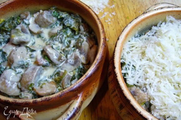 Смесь со сковороды разложить по формочкам, посыпать сыром, запечь в разогретой до 200 град. духовке в течение 10 мин.