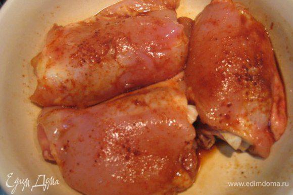 Куриные бедра очистить от кожи и лишнего жира. Помыть, обсушить бумажными полотенцами. Замариновать курицу в соевом соусе с паприкой и щепоткой красного острого перца на 2 часа.