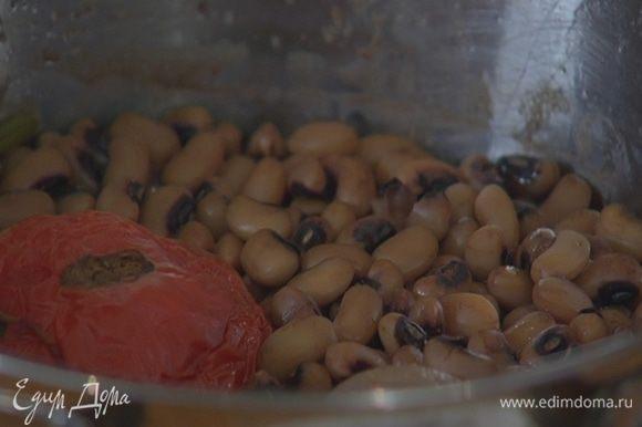 Залить фасоль свежей водой и отварить до готовности, добавив луковицу и помидор целиком, лавровый лист и черный перец (соль добавлять не нужно).