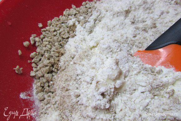 В дрожжевую смесь добавить соль, муку, отруби и растительное масло. Замесить плотное, но мягкое тесто. Может быть, понадобится больше муки (все зависит от муки).