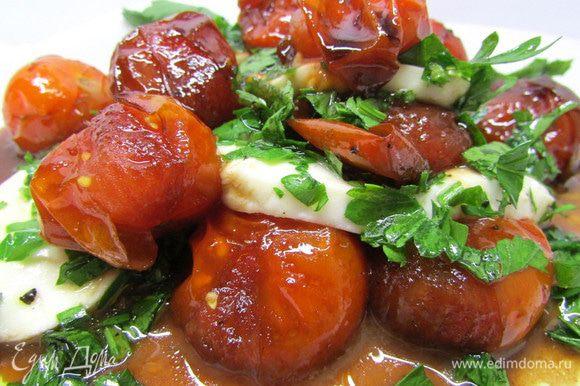 Сложите томаты и моцареллу в пирамидки. По желанию посыпьте морской солью и крупно молотым черным перцем.