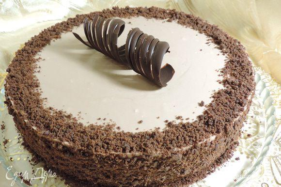 В оригинале указывалось, что торт сверху надо покрыть зеркальной шоколадной глазурью. Вы можете воспользоваться рецептами глазури отсюда http://www.edimdoma.ru/retsepty/69151-tort-opera или отсюда http://www.edimdoma.ru/retsepty/65756-tort-riv-gosh-rive-gauche. Но мне глазурь показалась лишней. я просто обсыпала бока торта трюфельной крошкой, хотя их можно было бы оставить просто шоколадными.