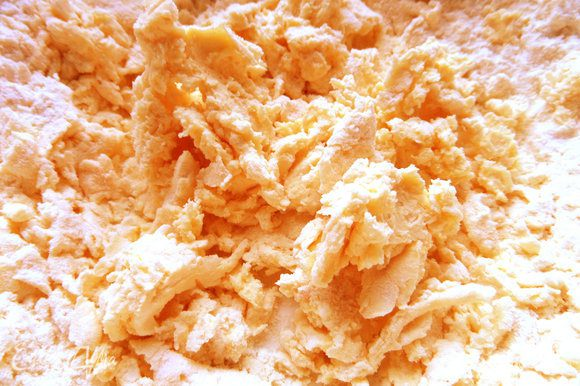Теперь начинаем месить тесто рукой (муки уходит 85-95 г). Добавим любые приправы и соль,если требуется.