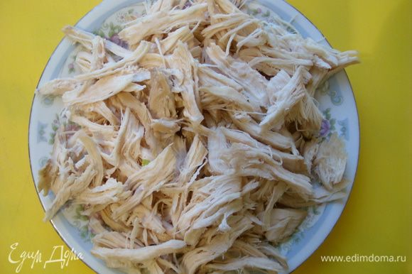 Отварить филе курицы и разобрать на полоски.