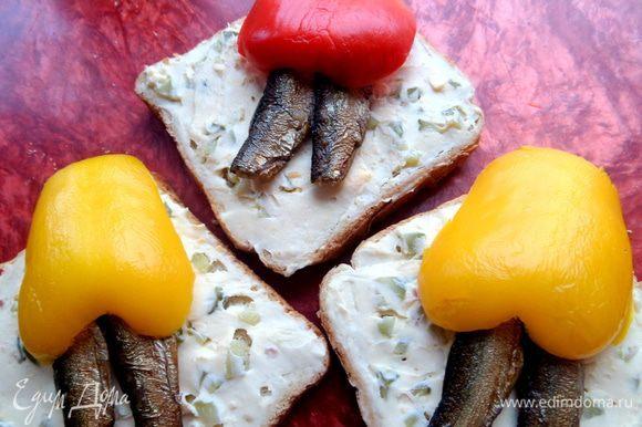Рыбку кладём по паре на хлебушек и прикрываем цветной юбочкой из ярких перцев.